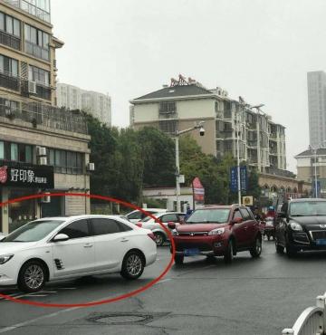 曝光:堵!下雨天如此停车?