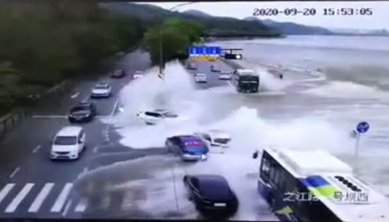 潮水沖掉多輛車!接下去要小心…今年海寧觀潮有變化!