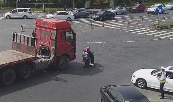 海宁交警从大货车下救下一对驾驶电动车母女!