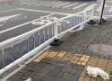 海宁这个路口设置隔离栏,把盲道堵死了