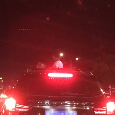 三个孩子挤在行驶的车子天窗上玩,担心!