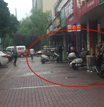 曝光:不锈钢门窗占道,车辆堵塞