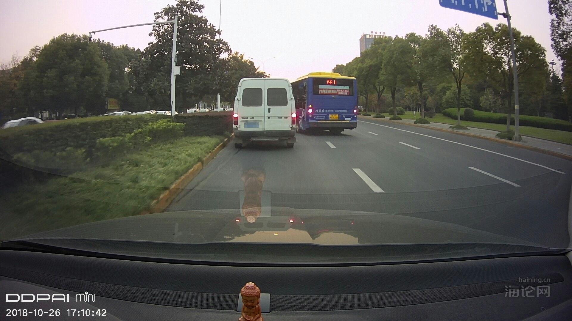 等红灯排长队,公交车强行加塞。
