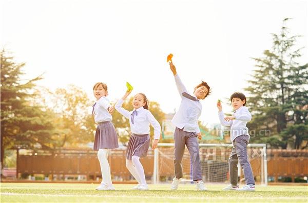 摄图网_501297341_小学生一起扔纸飞机(企业商用)_副本.jpg
